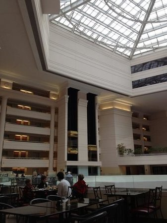 Embassy Suites Chevy Chase Pavilion : atrium area 