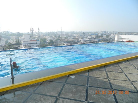 Hotel Atithi: Roof Top Swimming Pool