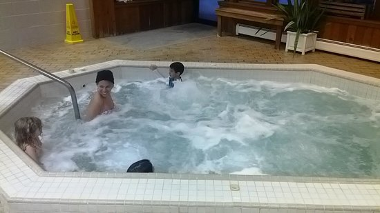 Golden Eagle Resort at Stowe: jacuzzi...super hot...just right for aches and pains got from skiing
