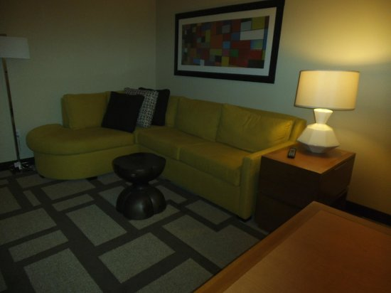 Embassy Suites by Hilton Houston Downtown: Living room with sofa bed