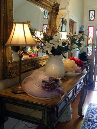 Peace and Plenty Inn: Hats, mirrors, flowers...