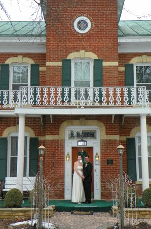 Cloran Mansion Bed & Breakfast: Front of the B&B