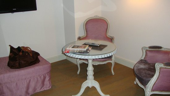 Cour Du Corbeau Hotel: Petit salon  ct de la chambre