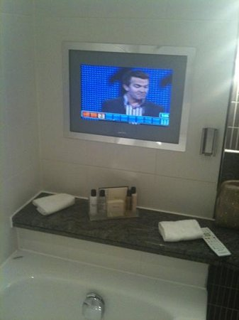 Rookery Hall Hotel & Spa: TV in bathroom. What a treat.