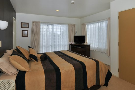 Springwaters Lodge: Awahou Room with  ranch slider door to outside