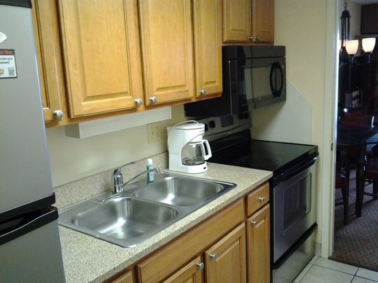 Monterey Bay Suites: Nice kitchen area