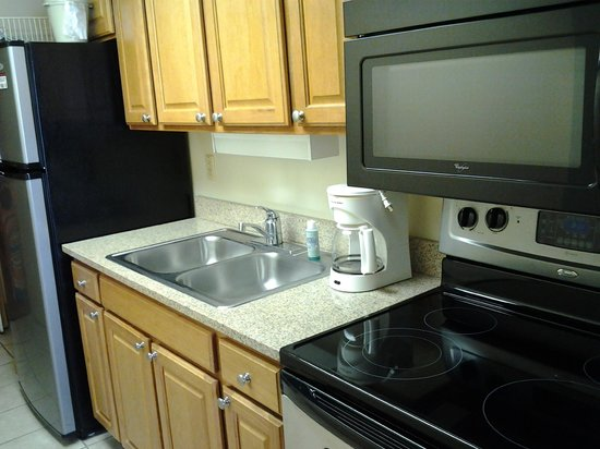 Monterey Bay Suites: kitchen