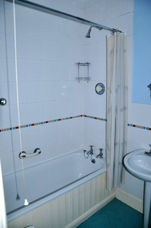 Ilchester, UK: Bathroom - a little dated