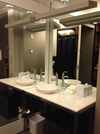 Aloft Harlem : Sink and mirror
