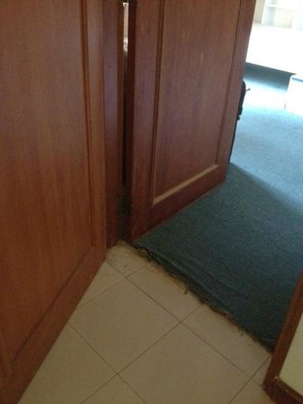 HARRIS Resort Batam Waterfront: Connecting rooms - frayed and dirty carpet that jammed the doors