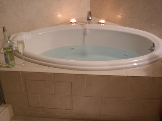 The Residences at Biltmore: The room also came with a nice bathtub with a built in jacuzzi.
