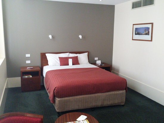 The Victoria Hotel: Spacious room with comfortable bed