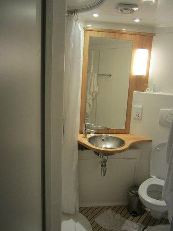 Stylotel: Small, serviceable bathroom