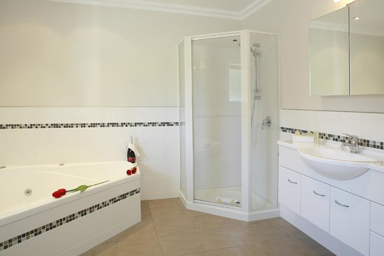Kerikeri Park Motel: Luxury studio unit bathroom