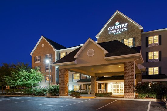 Country Inn & Suites Lancaster: Exterior at night