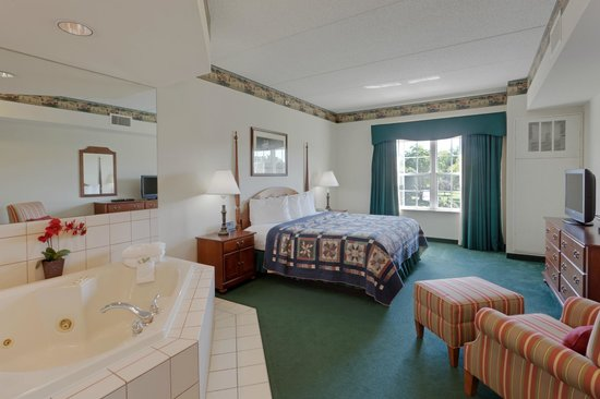 Country Inn & Suites By Carlson, Lancaster (Amish Country): Experience the luxury of a whirlpool bath in the comfort of your room with our Jacuzzi suites