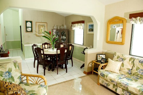 KenMar's Bed and Breakfast: Common living room and additional dinning area