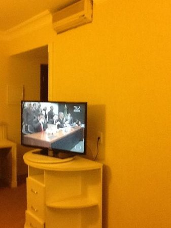 Bristol Dobly International Hotel: tv 40""
