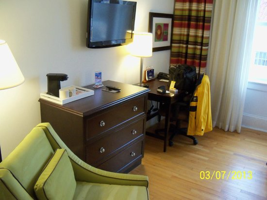 Hotel Indigo San Antonio At The Alamo : large TV and desk opposite beds