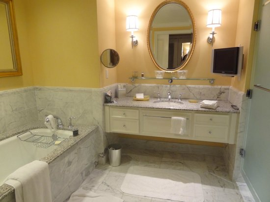 Four Seasons Hotel Westlake Village: Great soaking tub in the bathroom