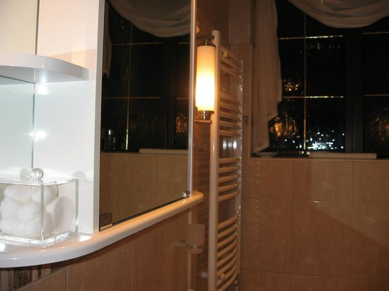 Arden House Bed & Breakfast Bexhill: Bathroom lighting