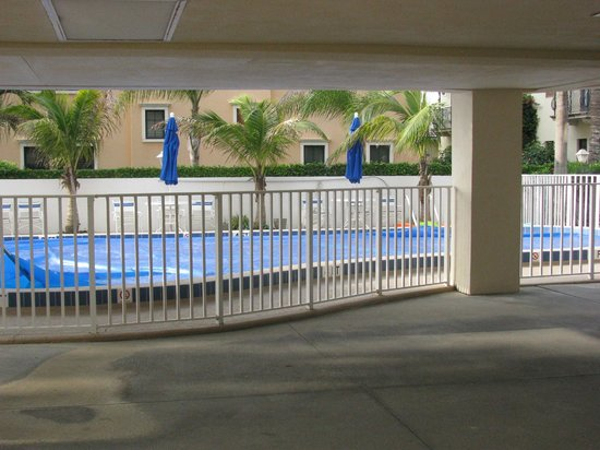 Aquarius Oceanfront Resort: pool area