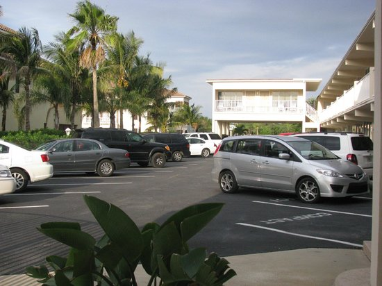 Aquarius Oceanfront Resort: parking area