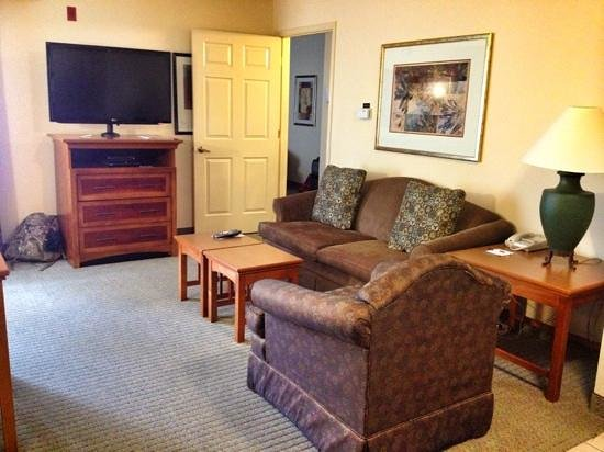 Staybridge Suites Portland Airport: Living room in a 2-bedroom suite