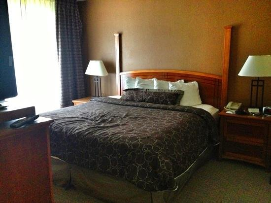Staybridge Suites Portland Airport: King size bed in a 2-bedroom suite