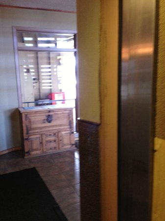 Tahoe Lakeshore Lodge and Spa: Elevator..renovation needed