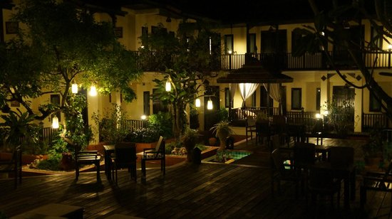Ayatana Hamlet & Spa, Chiang Mai: hotel by night