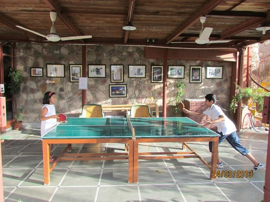 Jaipur Inn: Kids enjoying playing ping pong