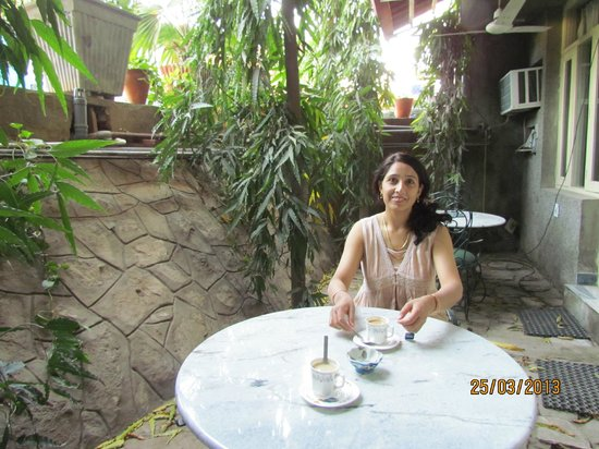 Jaipur Inn: Enjoying morning tea at corridor