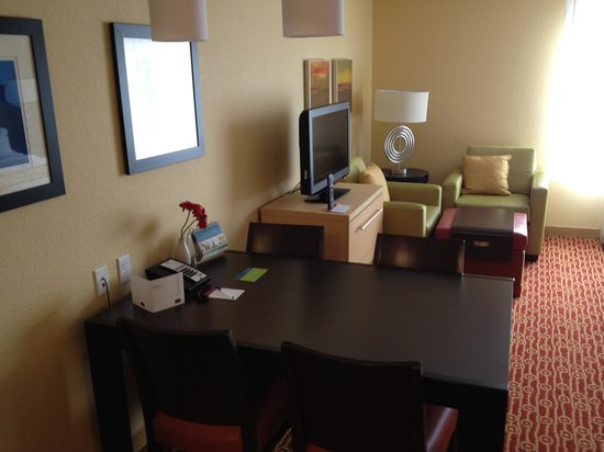 TownePlace Suites Vincennes: The table/desk TV and sitting area.