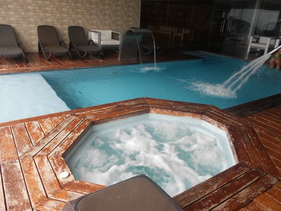 Suites Alba Resort & Spa: Piscina interior e Jacuzzi