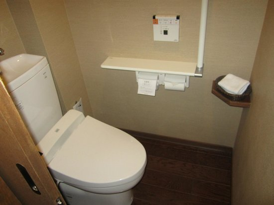 Tokachigawaonsen Daiichi Hotel: Toilet, separated from the bath/sink in its own room