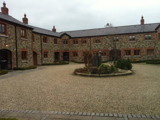Decoy Country Cottages: View of the courtyard