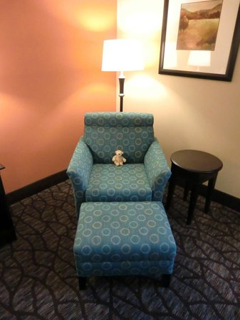 Hampton Inn Tunnel Road: Bequemer Sessel im Zimmer