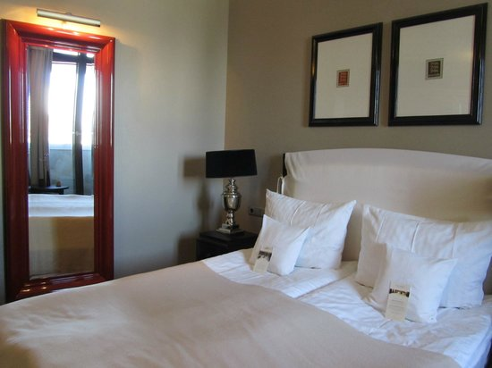 Hotel Telegraaf: Room 605, in the mirrow reflection of French balcony doors