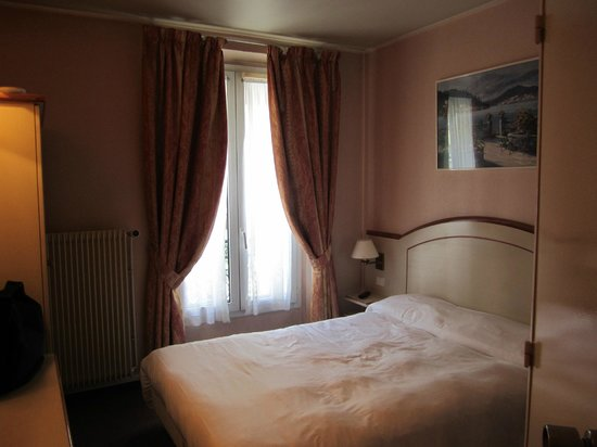 Hotel Acte V: Small but clean room