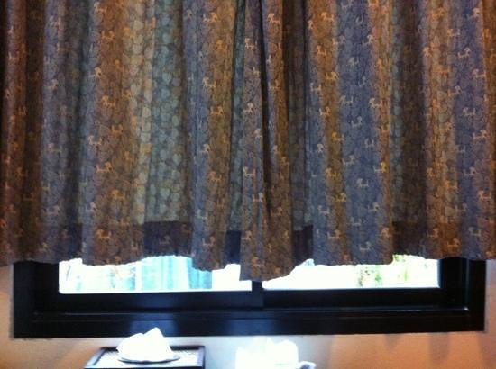 Baannueng@Kata (The Kata Orient House): short curtains or long window?