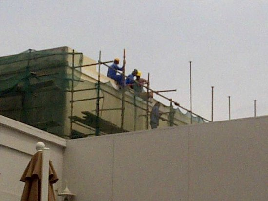 Four Points by Sheraton Bur Dubai: Construction workers leering at sunbathers