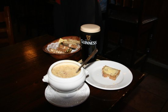 Doolin Activity Lodge: Lunch im Pub mit Seafood-Chowder und Guinness