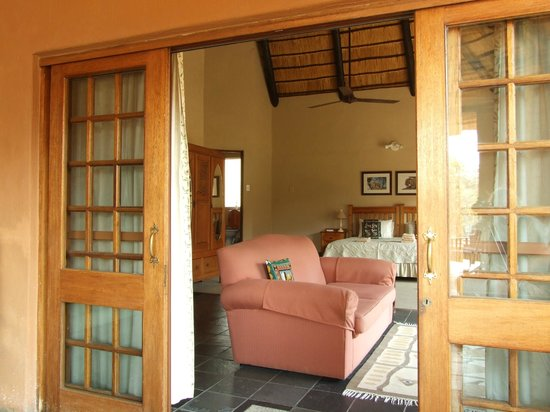 Lindani Lodge: Looking into the bedroom.
