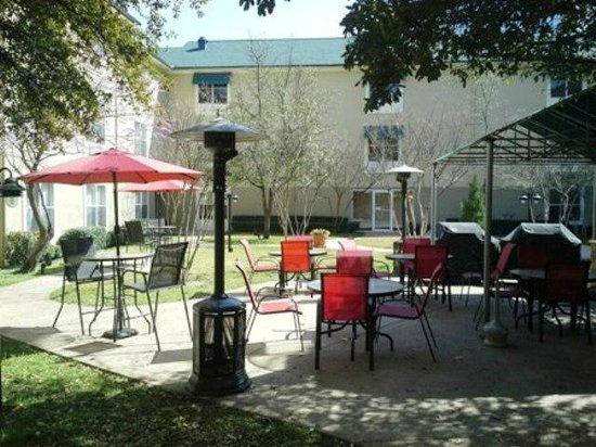 Candlewood Suites - Dallas Market Center: Courtyard