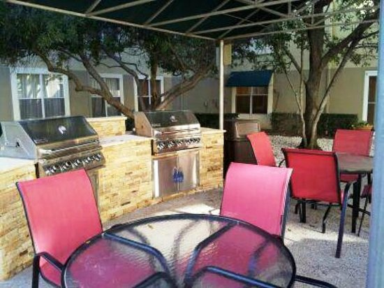 Candlewood Suites - Dallas Market Center: BBQ Courtyard