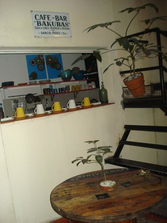 ChillHouse: Dining area and kitchen (I did not set up the cups =)
