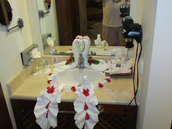 Grand Palladium Palace Resort, Spa &amp; Casino: towel art