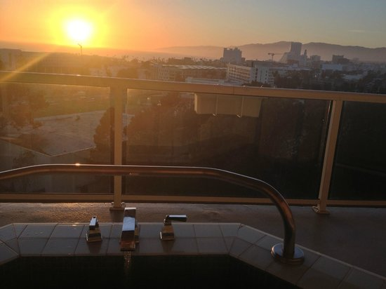 Sheraton Delfina Santa Monica Hotel: Hot Tub View!
