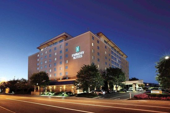 Embassy Suites Hotel Charleston: Hotel Exterior at Dusk